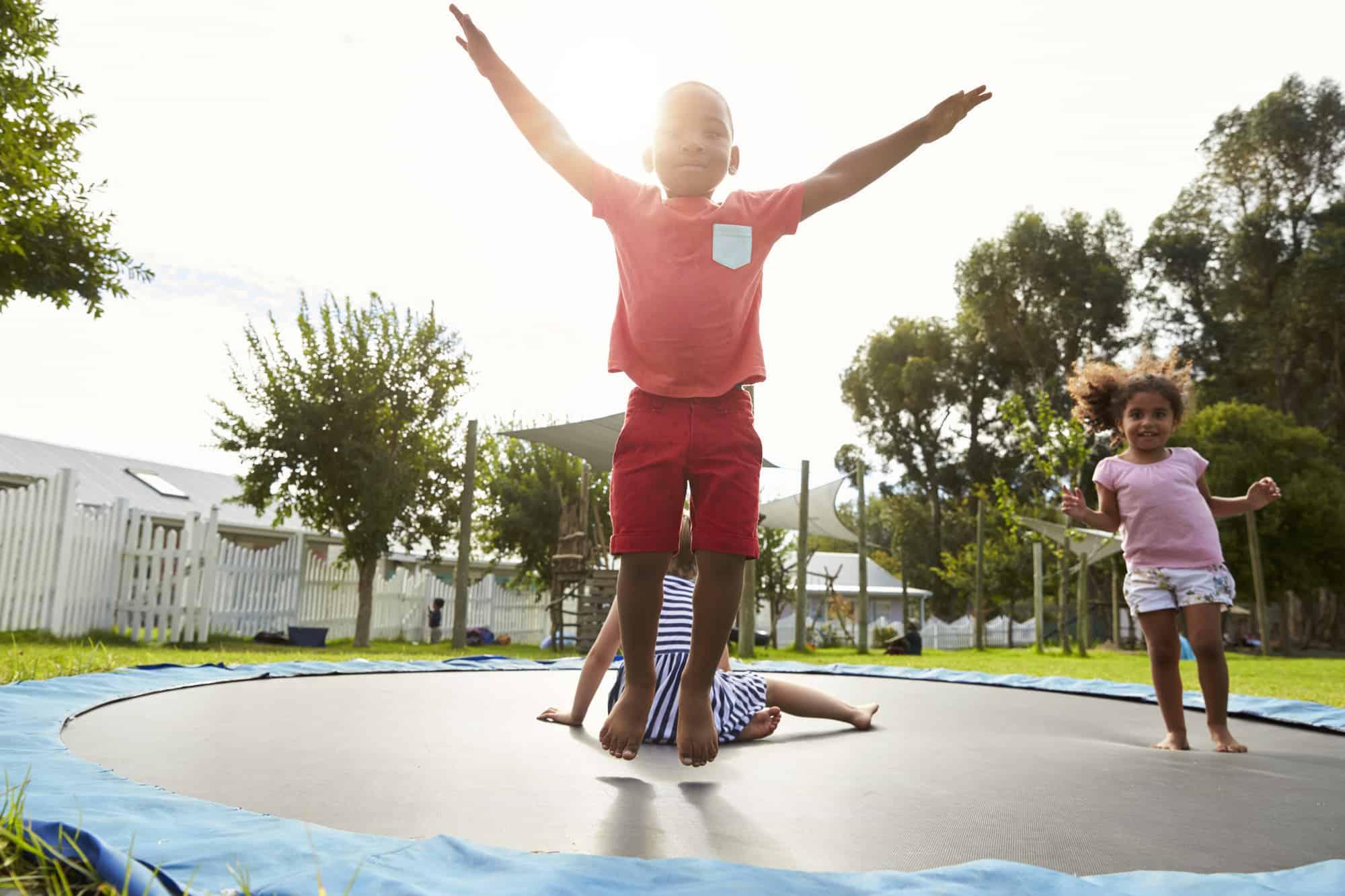 Børn der hopper på havetrampolin