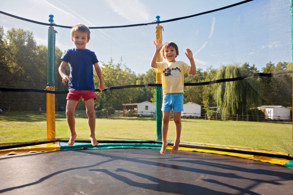 firkantet trampolin med børn