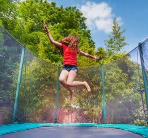 pige hopper på en lille trampolin