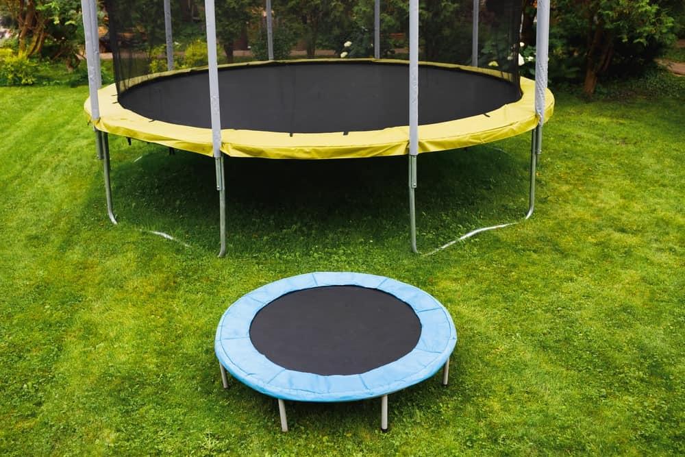Størrelsen - se forskellen på en stor og lille trampolin